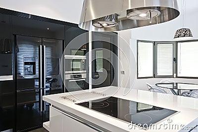 Cucina moderna luminosa fotografia stock immagine 42052421 for Cucina moderna quadrata