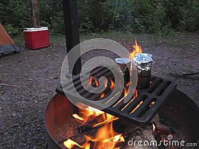Cucinando sopra un fuoco di accampamento