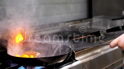Cucini la frittura del pezzo di carne del seno di anatra con fuoco aperto in una pentola archivi video