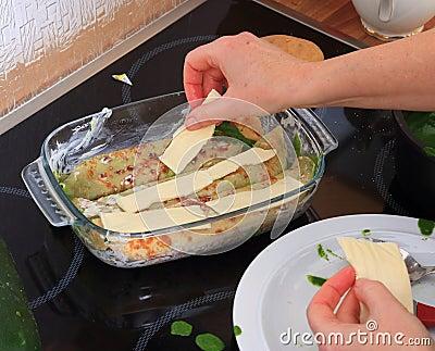 Cucini le bande di Purs di formaggio sugli involucri