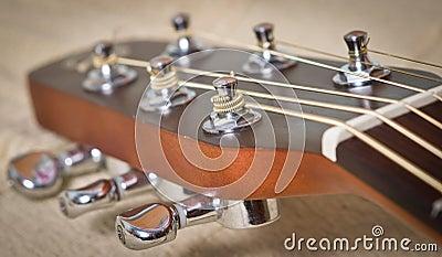 Cuello de la guitarra acústica
