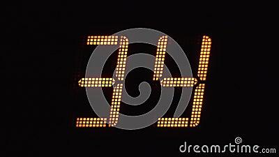 Cuenta atrás digital rápida en números anaranjados en una pantalla electrónica de 0 a 99 metrajes