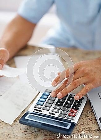 Cuentas calculadoras del hombre joven en el país