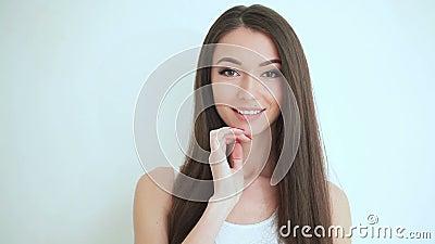 Cuidado da cara da beleza Fim bonito da cara da mulher acima do estúdio no fundo branco Limpe o toque fresco da pele possuem a ca video estoque