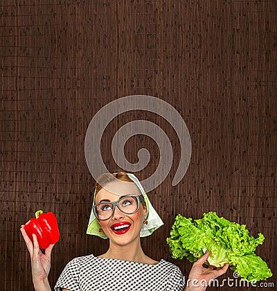 Cuisinière drôle de femme