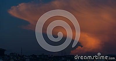 Cumulonimbus Capillatus bewölkt sich mit einigen Kumuluswolken beim Erhalten von Dunkelheit stock footage