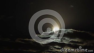 Cumulus épais cachant la pleine lune à minuit, ciel mystérieux, astronomie banque de vidéos