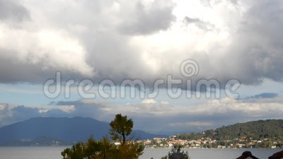 Cumulus au-dessus de laps de temps de lac clips vidéos