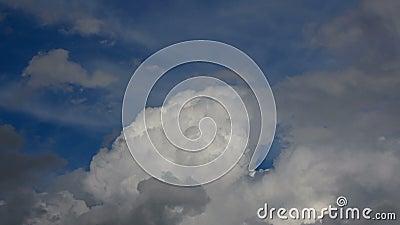 Cumulus Regenwolken in Bewegung, Zeitalter des dramatischen blauen Himmels stock footage