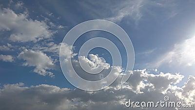 Cumulus Regenwolken in Bewegung, Zeitalter des dramatischen blauen Himmels stock video footage
