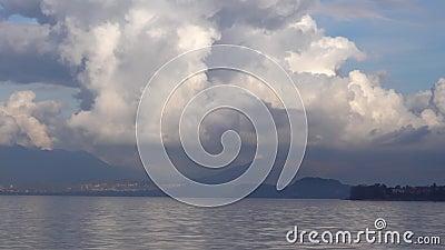 Cumulus-Wolken über dem See stock video