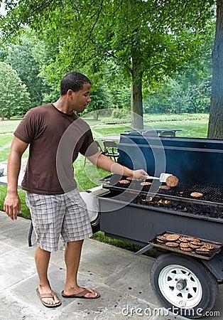 Cuocere gli hamburger alla griglia