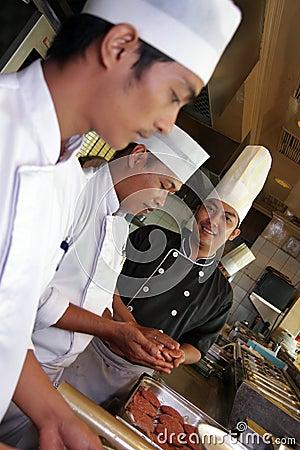 Cuoco unico che lavora nella cucina