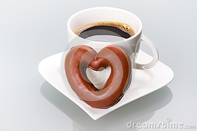 Cuore del pan di zenzero alla tazza di caffè