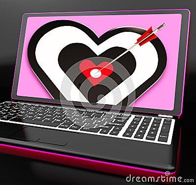 Cuore dell obiettivo sul computer portatile che mostra passione
