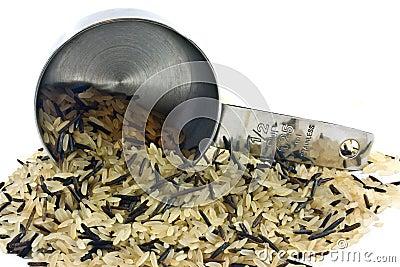 Cup, das langen Reis verschüttet