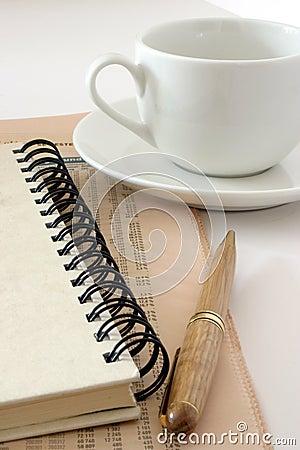 Cup und Notizbuch