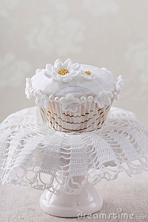 Cupcake with white flowers