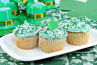 Cupcakes in a Festive St. Patrick s Day Setting