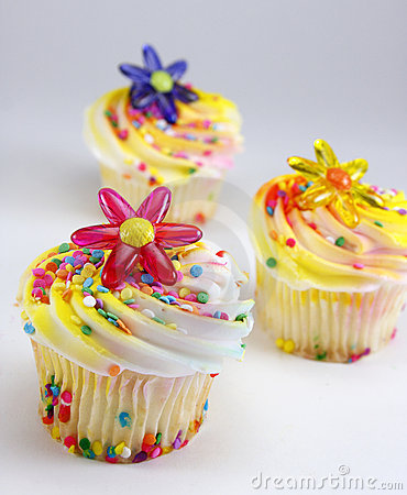 Cupcakes met bloem en bestrooit decoratie stock foto for Decoratie cupcakes