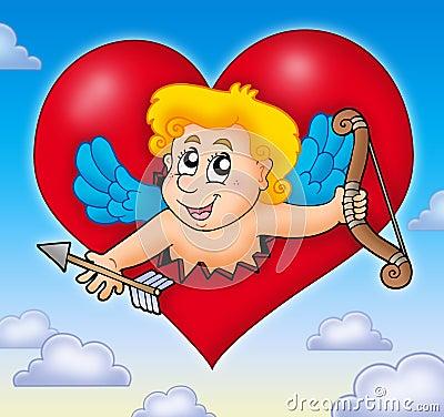 Cupid que está al acecho de corazón en el cielo