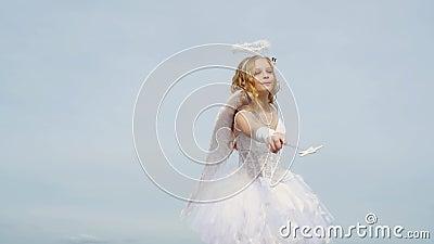 Cupido adolescente na nuvem - fundo do céu Menina Angel com cabelo louro encaracolado Menininha branca como a vídeos de arquivo