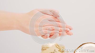 Cura di pelle organica dell'olio di cocco che applica la mano del burro archivi video