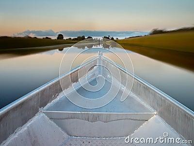 Curva de um barco de enfileiramento em um pântano