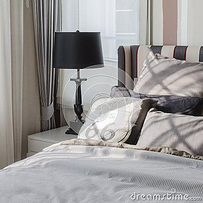 Cuscini grigi sul letto in camera da letto moderna fotografia stock immagine 49587207 - Cuscini da letto ...