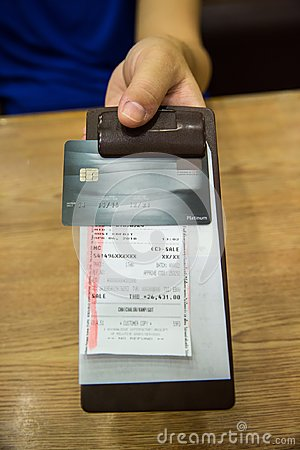 Free Customer Handed The Credit Card On Bill Paper, In Leather Black Bill Reciept. Royalty Free Stock Photos - 116493048