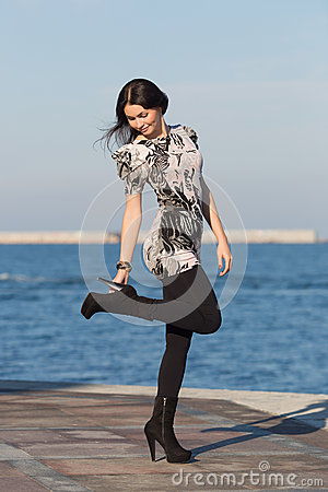 Free Cute Business Woman Adjusting Shoe Royalty Free Stock Photos - 47476178