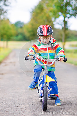 Free Cute Child Learning To Ride A Bike Royalty Free Stock Image - 62996096
