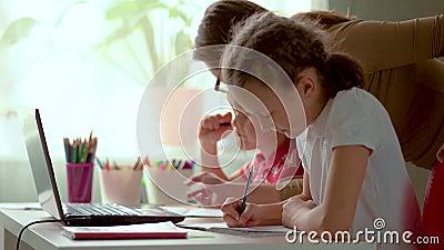 Cute Children använder en bärbar dator för utbildning, studier online, hemstudier Boy och Girl har läxor på distans stock video