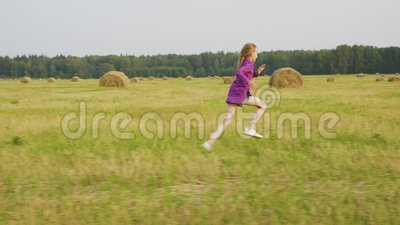 Cute Girl Run Rural Field Haystack Sommerlandschaft stock video footage