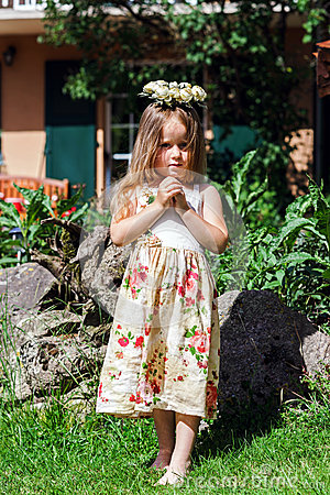 Free Cute Little Girl With Flowers Chaplet Stock Image - 41546941