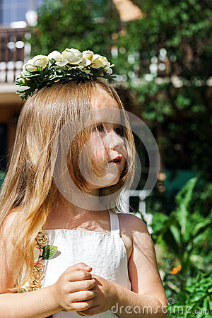 Free Cute Little Girl With Flowers Chaplet Royalty Free Stock Images - 41547069