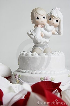Free Cute Ornament Of Groom Carrying Bride On Top Of Wedding Cake Royalty Free Stock Image - 357736