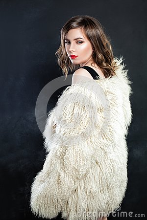 Free Cute Woman Fashion Model In Autumn Or Winter Fur Coat Royalty Free Stock Photos - 99309258