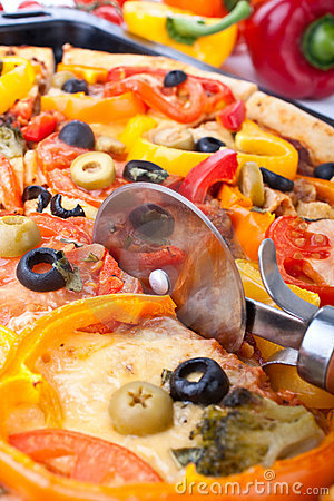 Free Cutting Pizza With A Pizza-knife Royalty Free Stock Photo - 9280845