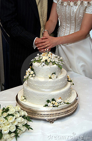 Free Cutting The Wedding Cake Royalty Free Stock Image - 2910526