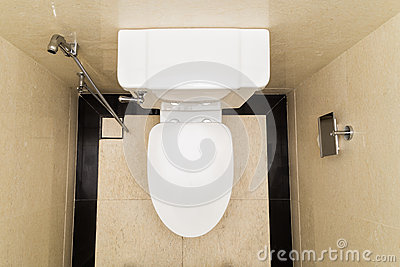 cuvette des toilettes moderne et hygi nique avec le bidet dans la salle de bains avec la. Black Bedroom Furniture Sets. Home Design Ideas