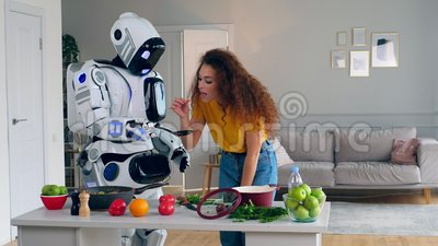 Cyborg gibt der Dame Nahrung, damit sie versuchen kann stock video