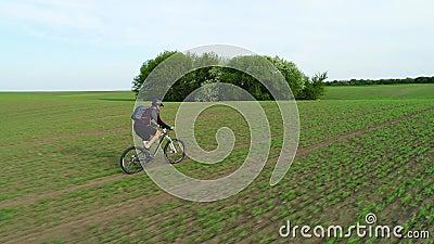 Cycliste monte sur le terrain banque de vidéos