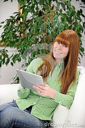 Cyfrowy ebook pastylki jej czytelnicza kobieta