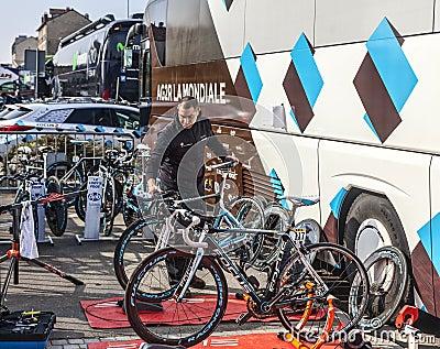 Cykelmekaniker Redaktionell Fotografering för Bildbyråer