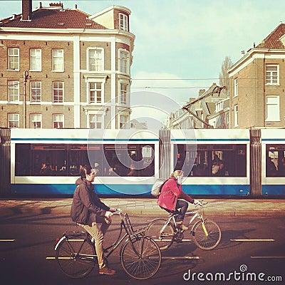 Cyklister i Amsterdam Redaktionell Arkivfoto