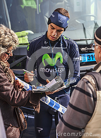 CyklistHerada den undertecknande autografen till fans Redaktionell Arkivfoto