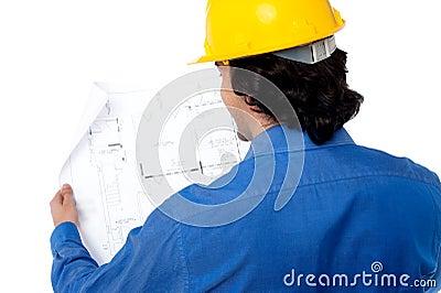 Cywilny inżynier przegląda projekt