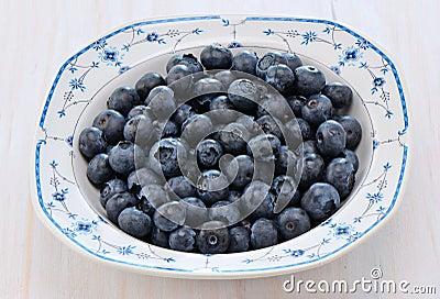 Czarne jagody w ładnym naczyniu
