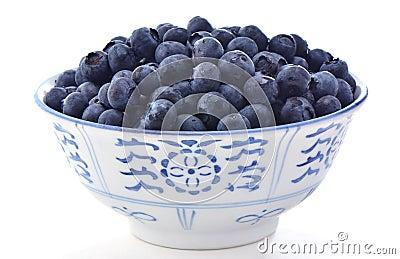 Czarne jagody w pucharze
